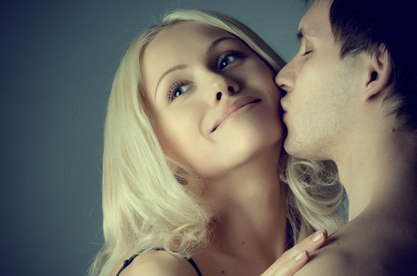 man-kissing-his-blonde-girlfriend