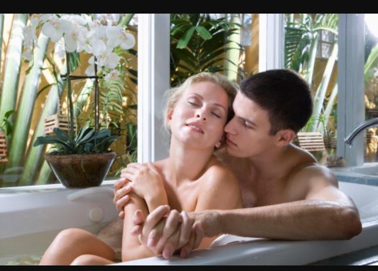Жена блондинка сосет в ванной 167